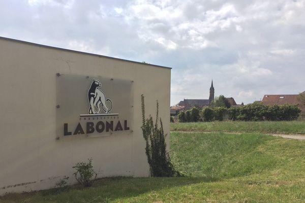 Basée à Dambach-la-Ville (Bas-Rhin), l'entrrprise alsacienne Labonal fabrique des chaussettes depuis 1924.