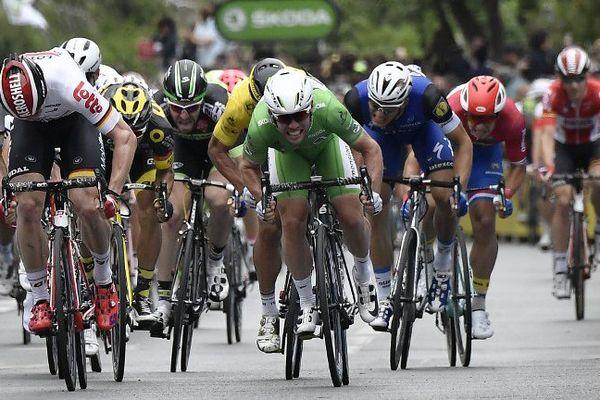 Mark Cavendish devance André Greipel au sprint à Angers, le 4 juillet 2016.