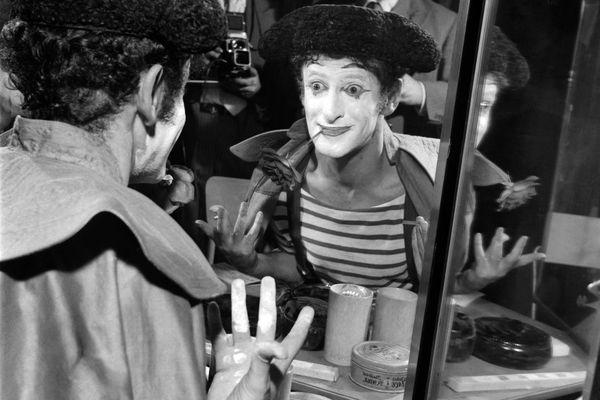 """Le mime Marceau se prépare avant son spectacle """"Les matadors"""" sur la scène de l'Ambigu, le 19 septembre 1958 à Paris."""