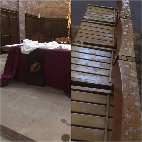 La cire chaude des bougies et le contenu des extincteurs ont été déversés sur le mobilier ecclésiastique.