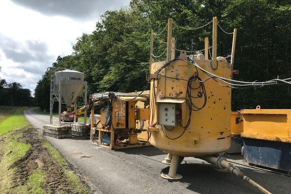 Une solution constituée d'eau, de potasse et de lignine (un composant du bois) est injectée dans la route à l'aide d'une foreuse et d'un dispositif spécial.