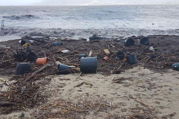 Sur cette plage de Porticcio, de nombreux pots s'entassent suite à l'inondation d'une pépinière lors du passage de la tempête.