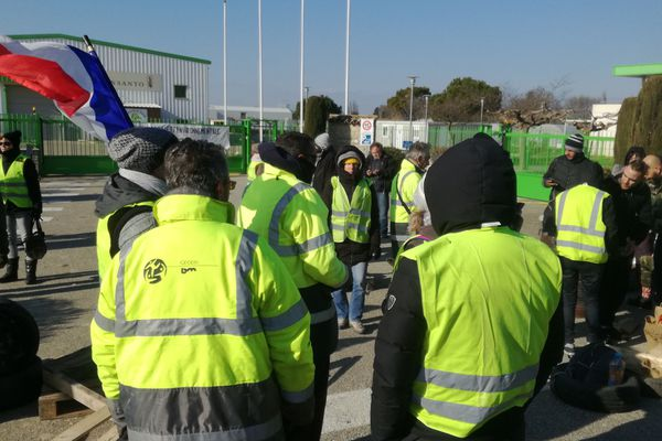 Les gilets jaunes et la confédération paysanne bloquent symboliquement le site de Monsanto à Saint-Andiol
