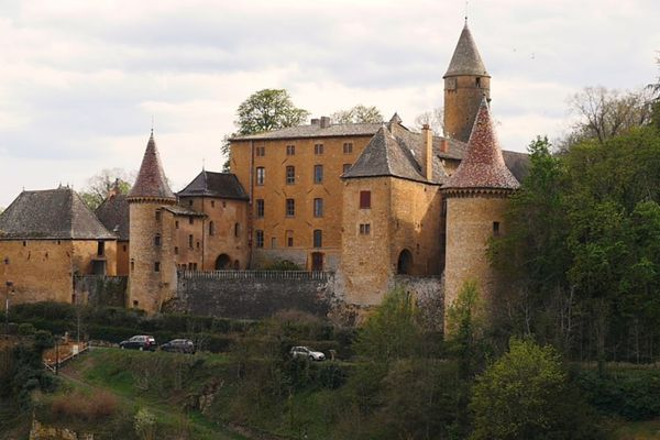 Le château de Jarnioux, datant de la fin du XIIIe ou le début du XIVe siècle, a besoin de travaux de restauration