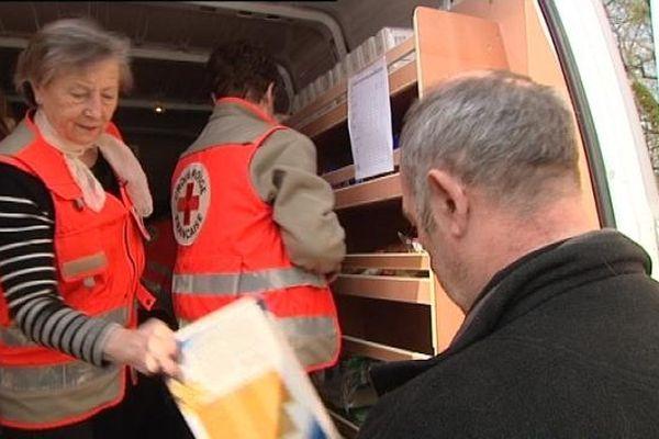 La Croix-Rouge distribue des conserves, des surgelés, du riz, des céréales...