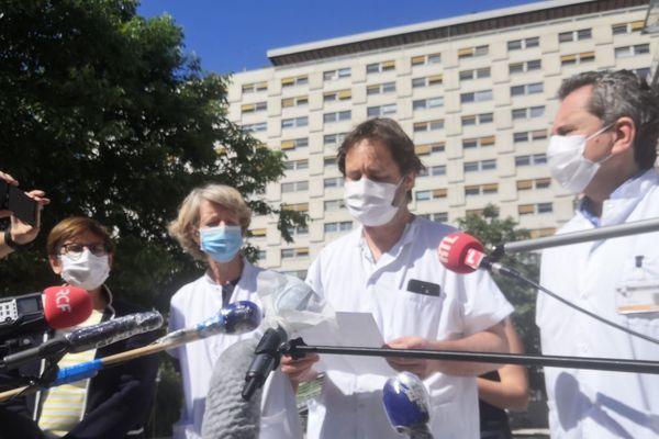 Les professeurs Michel, Ovaert et Chambost devant l'hôpital de la Timone à Marseille, où le jeune garçon est décédé.