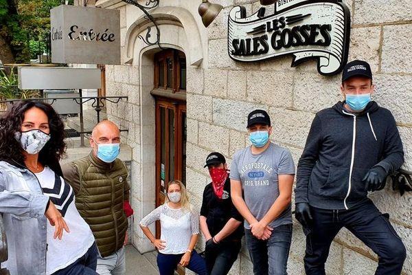 """Anne Pédronni (à gauche sur la photo) a ouvert son restaurant """"Les sales gosses"""" en 2018 au centre de Genève."""