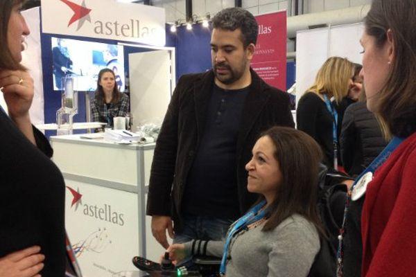 Une personne handicapée au stand de Astellas, une entreprise pharmaceutique