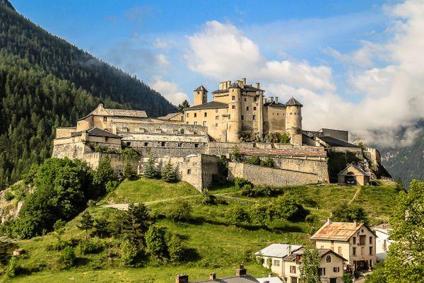 Fort Queyras domine la commune de Château-Ville-Vieille dans le Queyras depuis le XIIIème siècle. Il s'étend sur 3,8 hectares et est aujourd'hui à la vente.