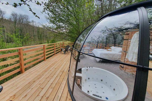 Une chambre totalement tournée vers le ciel et la nature, une exemple que propose le Domaine du Moulin de Trimeule à MArnaus-sur-Marne en Haute-Marne