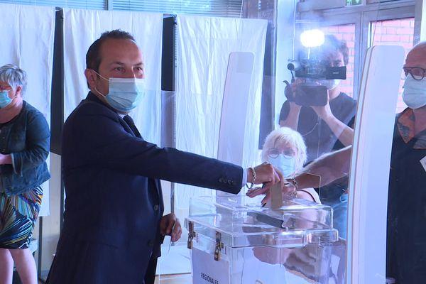 Sébastien Chenu à Denain (Nord) lors du premier tour des élections régionales dans les Hauts-de-France.