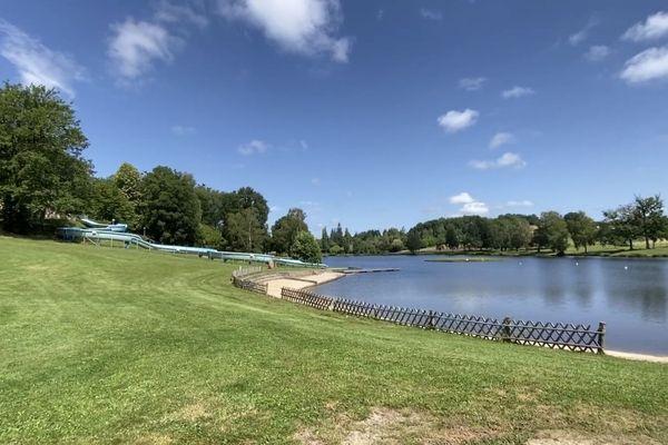 Un jeune homme de 19 ans s'est noyé au lac de Saint-Hilaire-les-Places le 25 juin 2020.