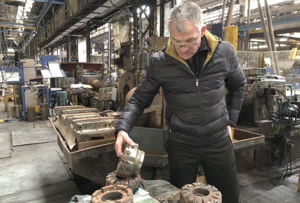 Michel connait tous les recoins de l'usine, toutes les pièces sont encore là, posées comme au dernier jour