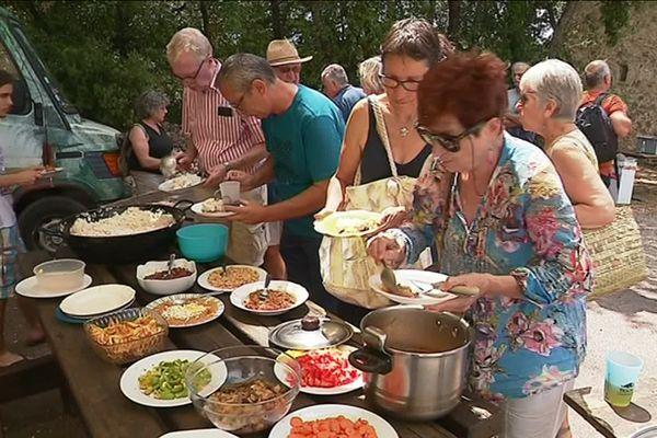 Des habitants de Châteaudouble découvrent les plats préparés par les migrants hébergés au village.