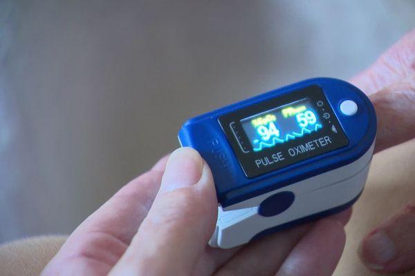 Grâce à cet oxymètre et à un logiciel dédié, les médecins de l'hôital Emile-Roux du Puy-en-Velay peuvent suivre à distance le taux d'oxygène de patients COVID.