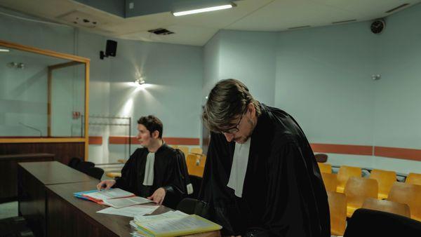 Quelques minutes après le jugement, l'huissier dont la présence est nécessaire au bon déroulement des audiences, prépare la comparution suivante.