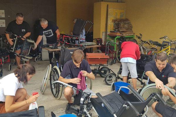 Florensac - Toutes les générations sont mélangées pour réparer les vieux fauteuils roulants - août 2019
