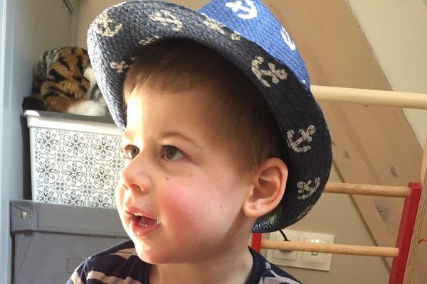 Axel est aujourd'hui âgé de 4 ans, infirme moteur cérébral, il est incapable de marcher, de parler, ne parvenant à interagir qu'au travers de quelques sourires.