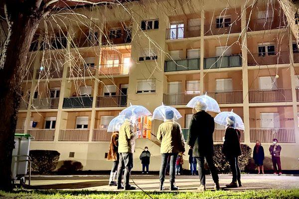 Ils ont bravé la pluie et le froid pour chanter sous les balcons à Saint-Junien