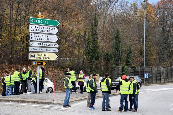 Des manifestants portant des gilets jaunes sur la RN 90 entre Albertville et Chambéry