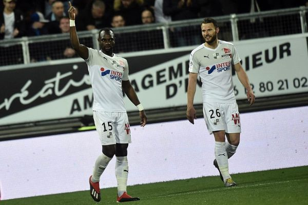 Moussa Konaté après avoir inscrit le second but amiénois contre l'AS Saint-Etienne, aux côtés de son coéquipier Erik Pieters, lors de la 31e journée de Ligue 1, le 6 avril 2019.