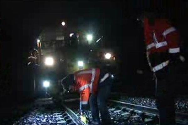 Des travaux de maintenance de nuit, ici la correction d'un rail.