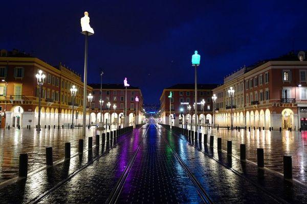 La place Massena de Nice vide, comme tous les soirs depuis le début du couvre-feu le 22 mars.