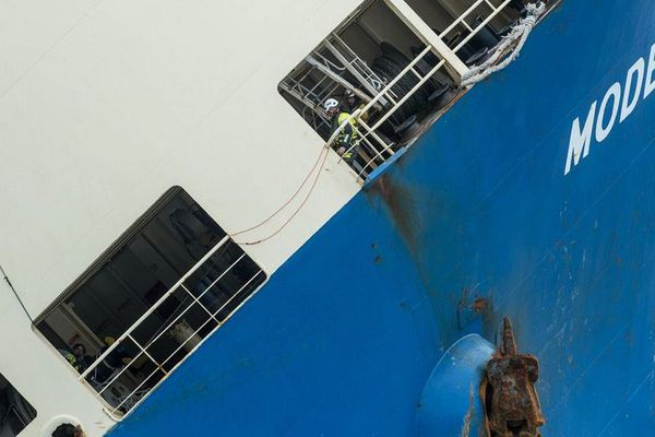 Les 4 experts de Smit Salvage ont pu monter à bord du Modern express pour préparer le remorquage