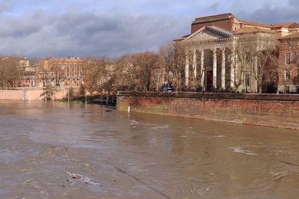 Samedi 14 décembre au matin, la Garonne est en crue à Toulouse. Les berges sont entièrement inondées.