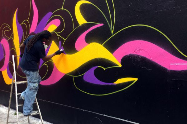 Kool Koor, artiste de street art new-yorkais, en plein travail à Mulhouse