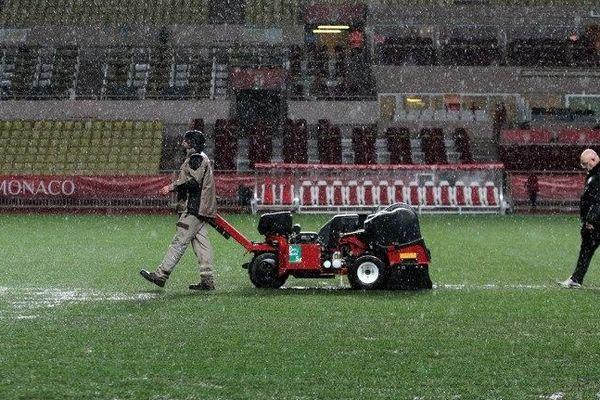 Une machine pour évacuer l'eau de pluie sur la pelouse du stade Louis II, à Monaco, où la rencontre avec le MHSC a été annulée à cause des intempéries