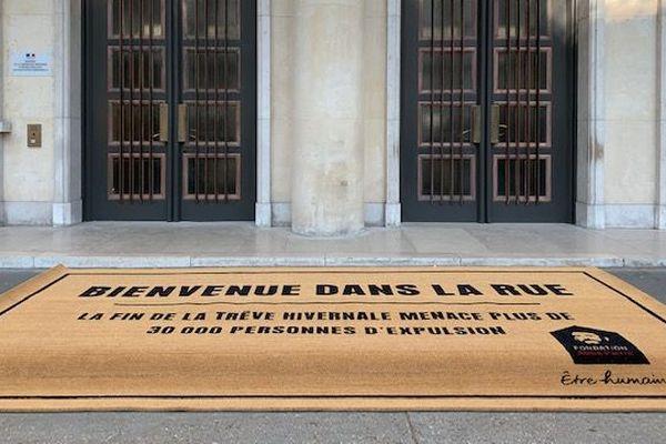 Des militants de la Fondation Abbé Pierre ont installé un paillasson géant devant le ministère du Logement pour protester contre la fin de la trêve hivernale.