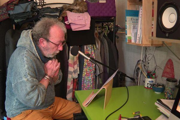 """Dans son studio improvisé, François enregistre ses """"Histoires pour les oreilles"""", surveillé par Agate la chatte."""
