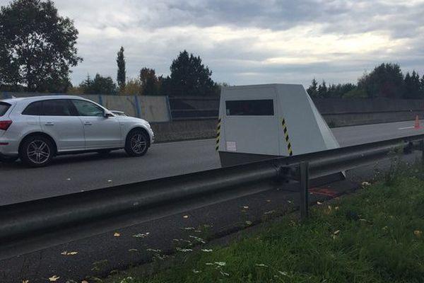 Ce radar autonome mobile peut être installé n'importe où. Il est actuellement placé sur l'A20, dans le sens nor-sud, à la hauteur d'Ussac en Corrèze, au début d'un chantier d'élagage.