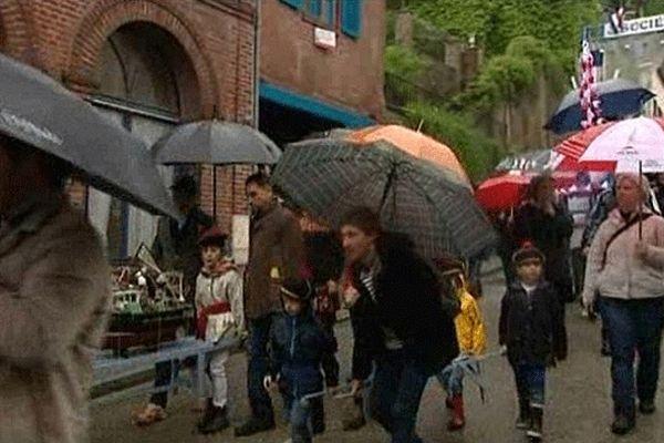 Le grand défilé de la fête des marins s'est déroulé sous la pluie ce lundi à Honfleur