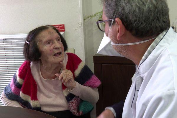 A 98 ans, Emilia ne sait pas encore si elle veut se faire vacciner contre la covid.