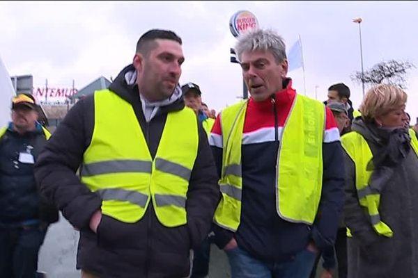 Dieppe le 8 décembre 2018 : départ d'une manifestation des gilets jaunes avec le député PCF Sébastien Jumel