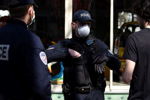 Des policiers en train de contrôler des passants pendant le confinement à Paris, le 19 mars dernier (illustration).