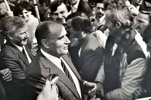 François Mitterrand en déplacement à Boulogne-sur-Mer, en 1983. Sur la gauche, Guy Lengagne, nommé Secrétaire d'État à la Mer quelques semaines auparavant, revient sur ses terres avec le président socialiste.