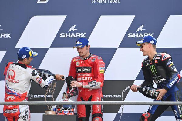 An Mans, l'Autralien Jack Miller vainqueur du grand prix de France motoGP entouré du français Yohann Zarco second à gauche et de Fabio Quartararo troisième à droite