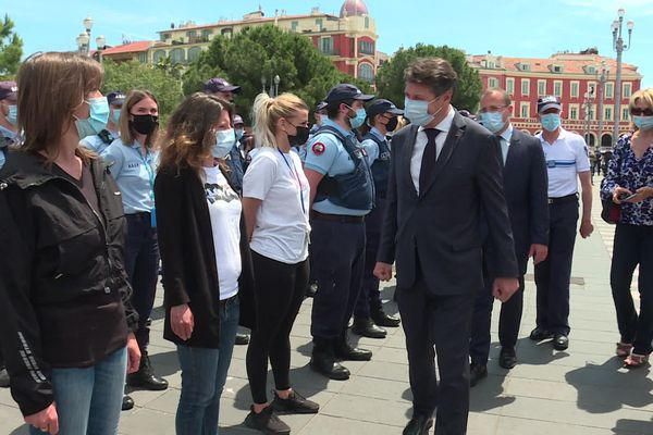 Christian Estrosi félicite les policiers qui manifestent place Massena ce vendredi 21 mai.
