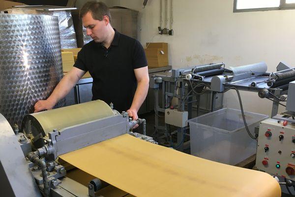 L'une des machines de Laurent, cirier-gaufreur.