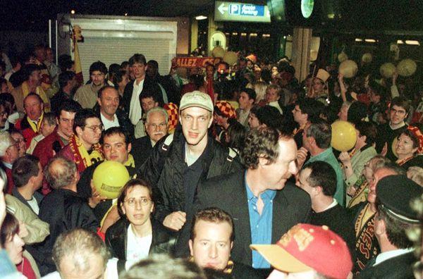 Fred Weis (avec casquette) accueillit par les supporters Limougeauds en gare des Bénédictins, après la victoire en Coupe de France (1/05/2000)
