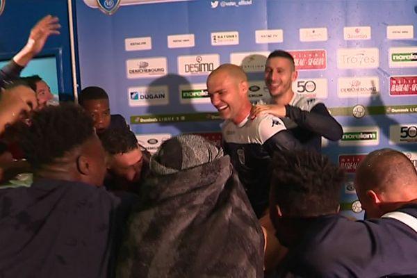 Alors qu'il s'exprimait face à la presse, Benjamin Nivet a été surpris par l'arrivée de ses coéquipiers.
