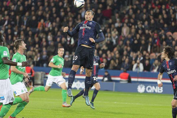 Zlatan Ibrahimovic, plus haut que tout le monde, lors du match PSG/Saint-Etienne, au Parc des Princes, le 25 octobre 2015, en championnat de Ligue 1.