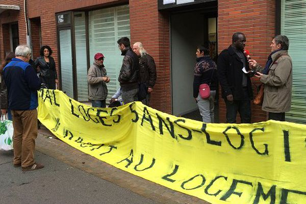 Des militants du DAL devant les locaux du SIAO, les Services Intégrés de l'Accueil et de l'Orientation, à Toulouse.