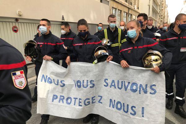 Des centaines de pompiers se sont rassemblés ce mercredi 7 octobre, pour demander plus de moyens face aux agressions dont ils sont victimes, notamment lors d'interventions dans les quartiers sensibles de la métropole de Lyon.