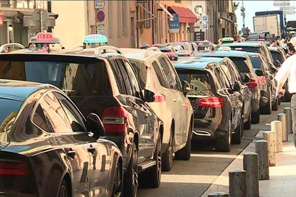 Une file de taxi dans le centre-ville de Nice ce jeudi.
