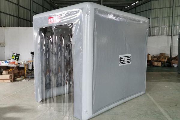 Les Pompiers de l'urgence internationale (PUI) ont mis au point un nouveau sas de désinfection avec brumisateur de produits désinfectants.