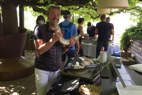 Le chef haut-savoyard Laurent Petit a ouvert son restaurant à des producteurs locaux pour une vente au public.